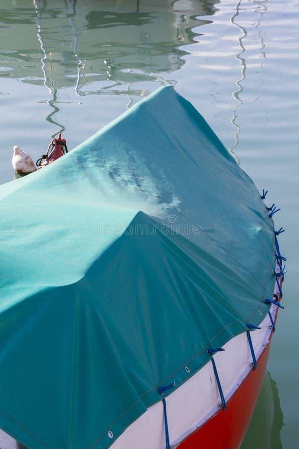 Boot auf See im Winter lizenzfreie stockfotos