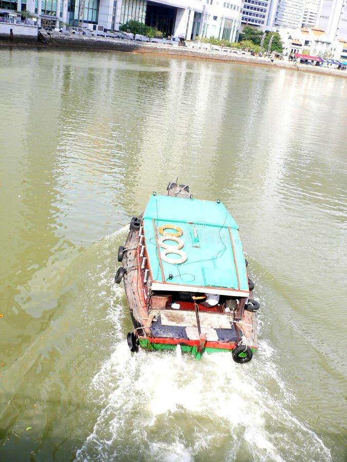 Boot auf Singapur-Fluss lizenzfreie stockfotos