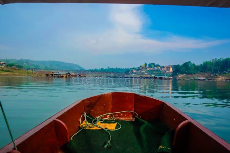 Boot auf Songgaria-Fluss lizenzfreie stockfotos