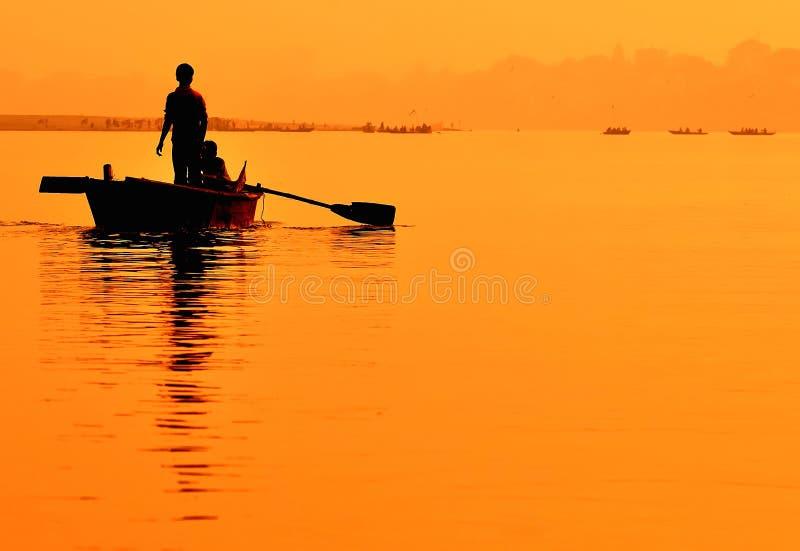Boot auf Sonnenuntergang. Ganges in Varanasi. lizenzfreie stockfotos
