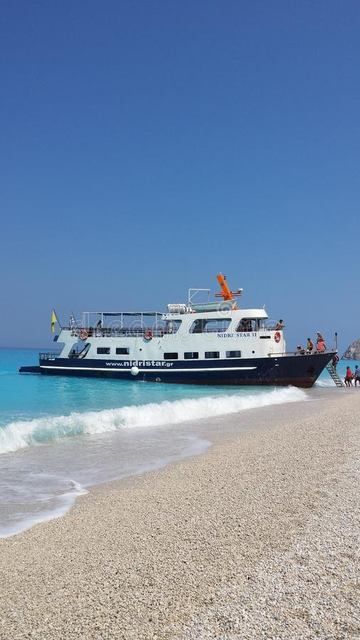 Boot auf Strand lizenzfreie stockfotos