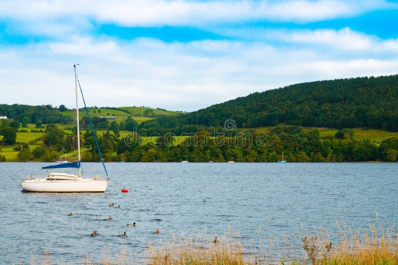Boot auf Ullswater See lizenzfreies stockfoto