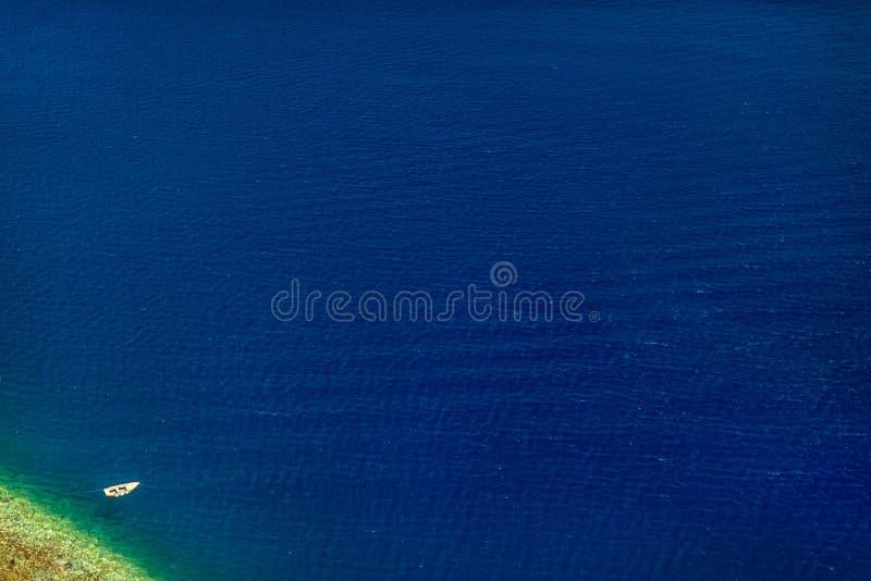 Boot auf Wasser, Vogelperspektive stockfotos