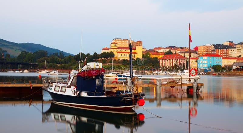 Boot bij Baai van Santander in ochtend stock fotografie