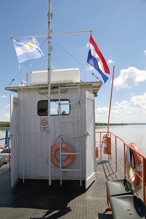 Boot bij de grens van Argentinië en van Paraguay langs Paranà rivier stock foto
