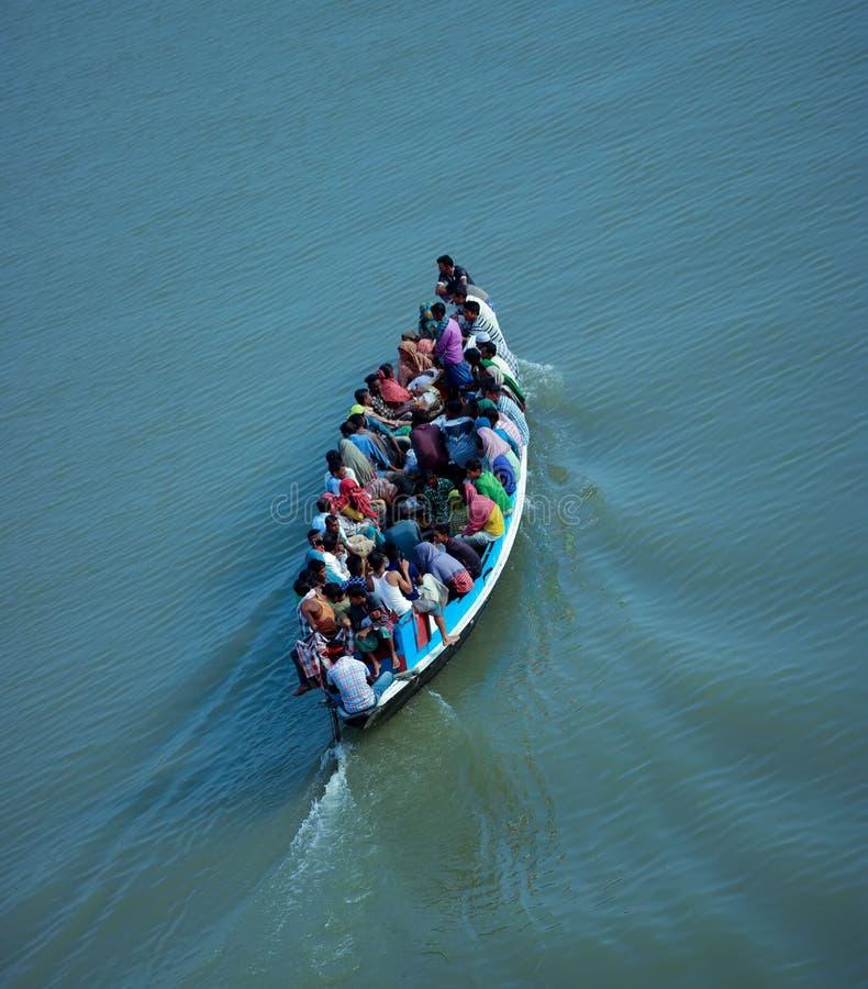 Boot bij de Rivier van Bangladesh Surma stock afbeeldingen
