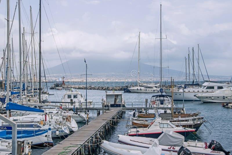 Boot bij haven in Napels stock afbeeldingen