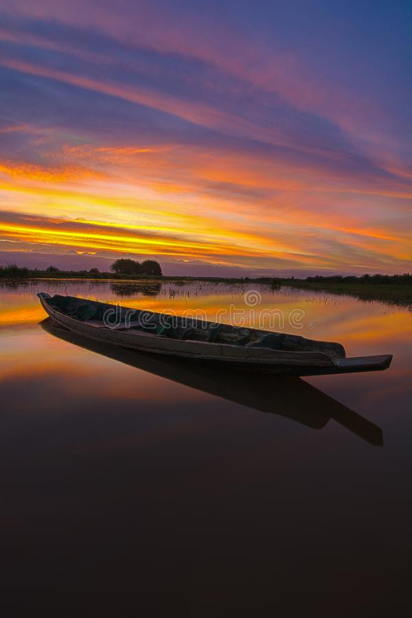 Boot bij het meer, zonsondergangschot stock afbeeldingen