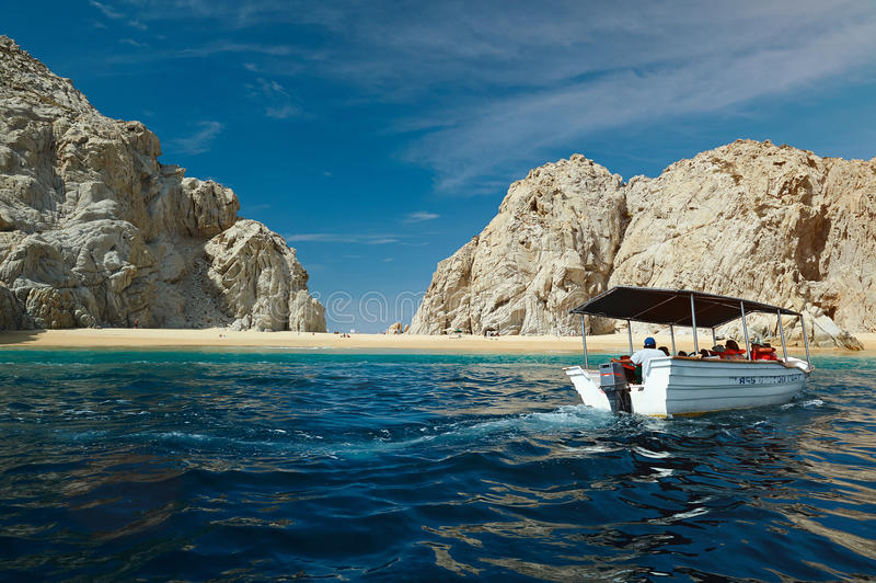 Boot, das auf Strand sich bewegt lizenzfreie stockbilder