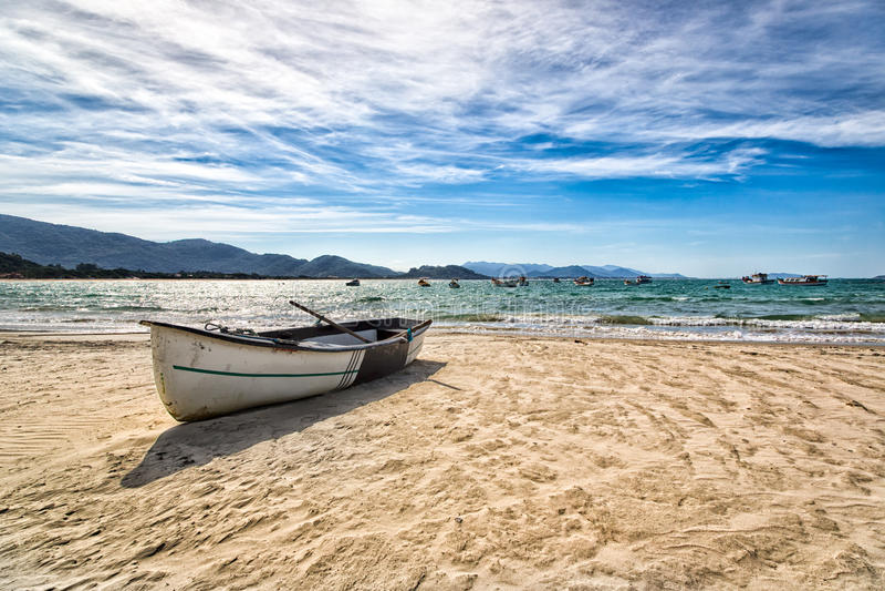 Boot, das in einem netten Strand in Florianopolis, Santa Catarina, Brasilien stillsteht stockbild