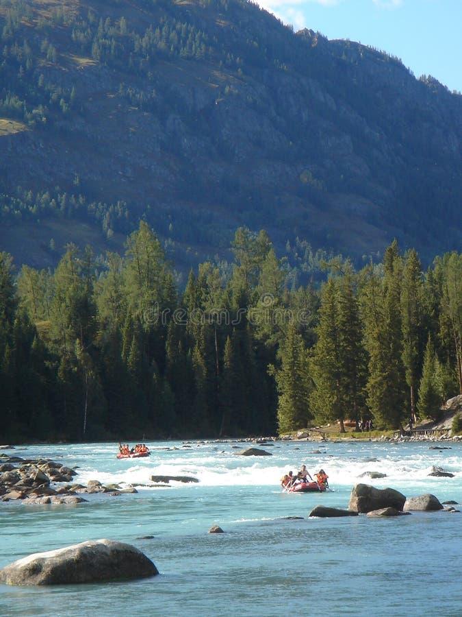 Boot, das im Fluss flößt lizenzfreies stockfoto