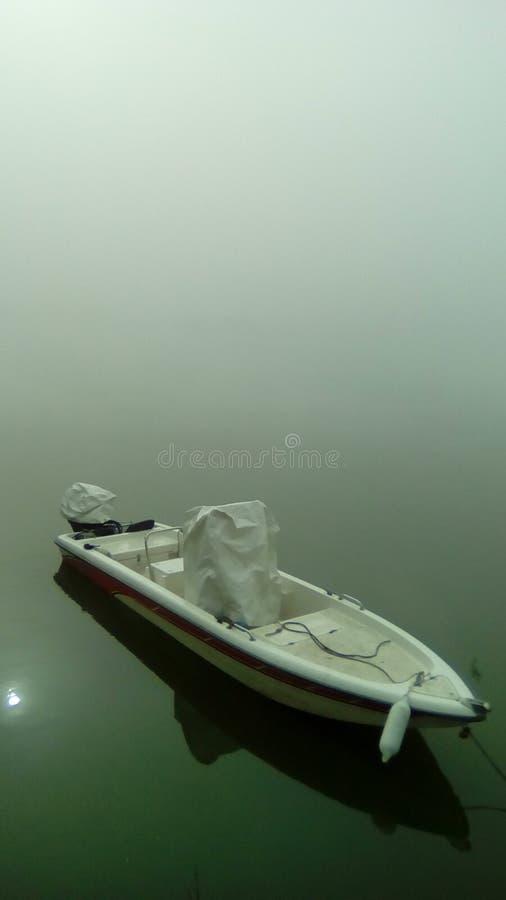 Boot, das mein Nebel lebt lizenzfreie stockfotos