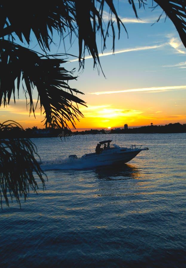 Boot, das nach Hause bei Sonnenuntergang vorangeht stockbilder
