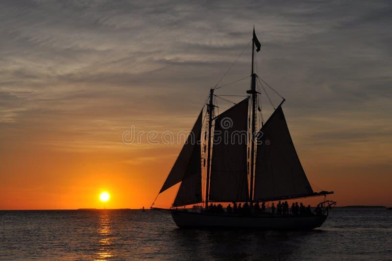 Boot, das vor dem Sonnenuntergang Florida schwimmt lizenzfreie stockbilder