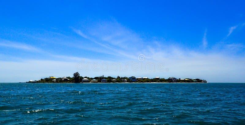 Boot in de Golf van Mexico weg van het Eiland van het Noordencaptiva royalty-vrije stock foto