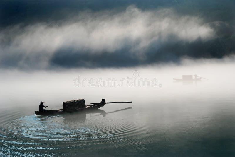 Boot in de mist royalty-vrije stock afbeeldingen