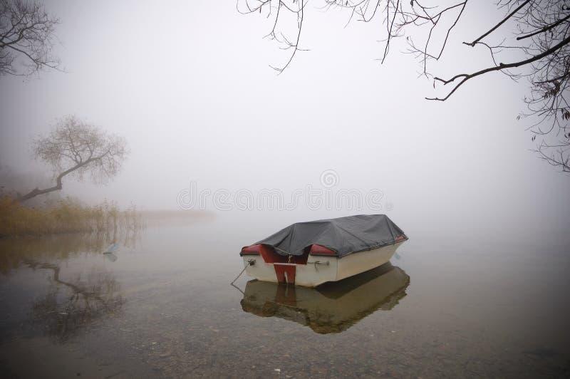Boot in de mist stock fotografie