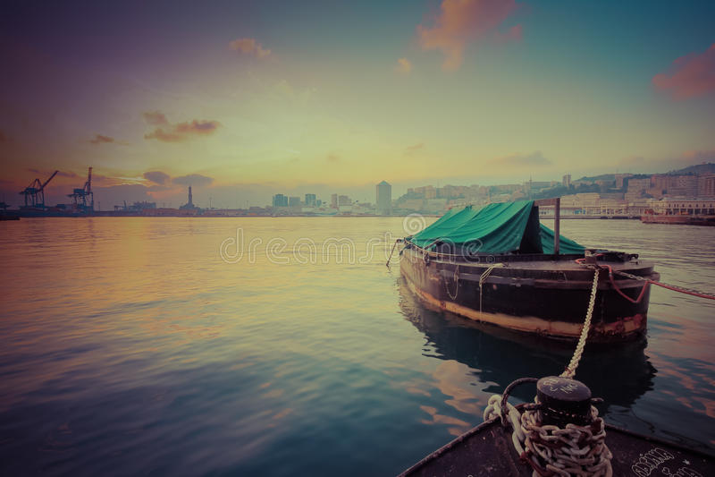 Boot in de tijd die van de havenzonsondergang wordt gedokt royalty-vrije stock afbeeldingen