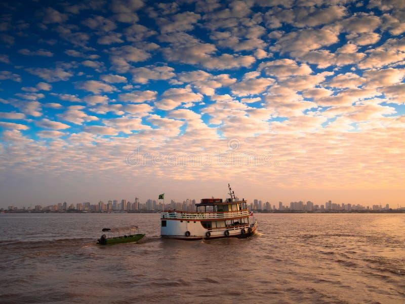 Boot in der amazonischen Stadt stockfotografie