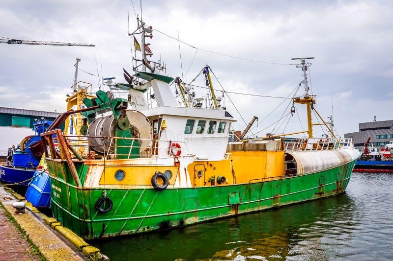 Boot der kommerziellen Fischerei im Hafen von Urk in den Niederlanden lizenzfreies stockfoto