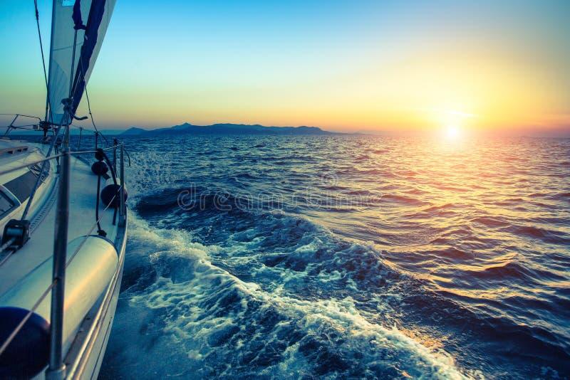 Boot in der Segelnregatta während des Sonnenuntergangs nave lizenzfreie stockfotos