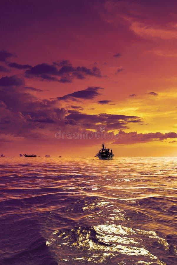 Boot des langen Schwanzes bei Sonnenuntergang auf dem Strand von AO Nang in Krabi lizenzfreie stockfotos