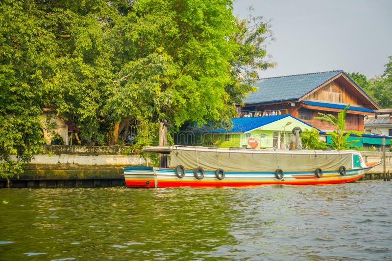 Boot des langen Schwanzes parkte in einem Flussufer in Kanal oder in Khlong-Knall Luang Bangkoks Yai in Thailand stockbild