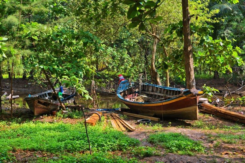 Boot dichtbij een kleine rivier stock foto