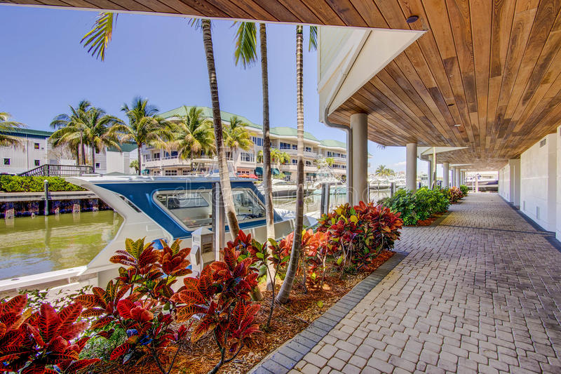 Boot die bij de luxeflatgebouwen met koopflats van Napels Florida dokt royalty-vrije stock fotografie