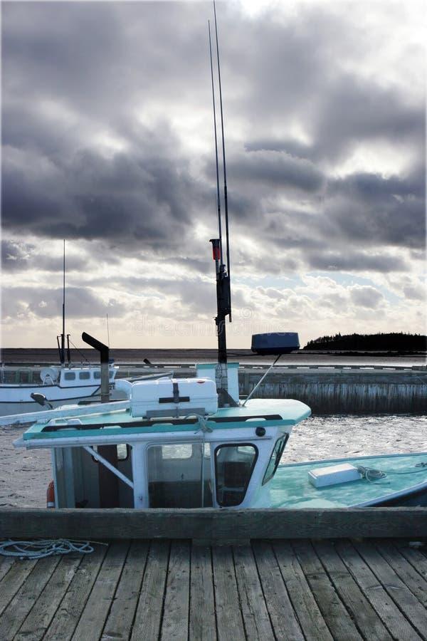 Boot die bij het dok wordt vastgelegd royalty-vrije stock foto