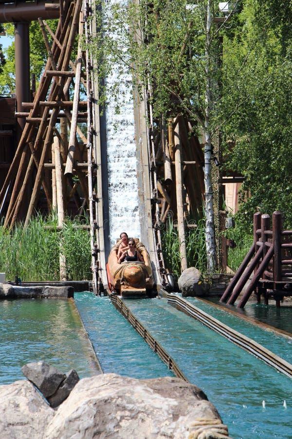 Boot die bij Menhir Uitdrukkelijke aantrekkelijkheid bij Park Asterix, Ile de France, Frankrijk dalen royalty-vrije stock foto's