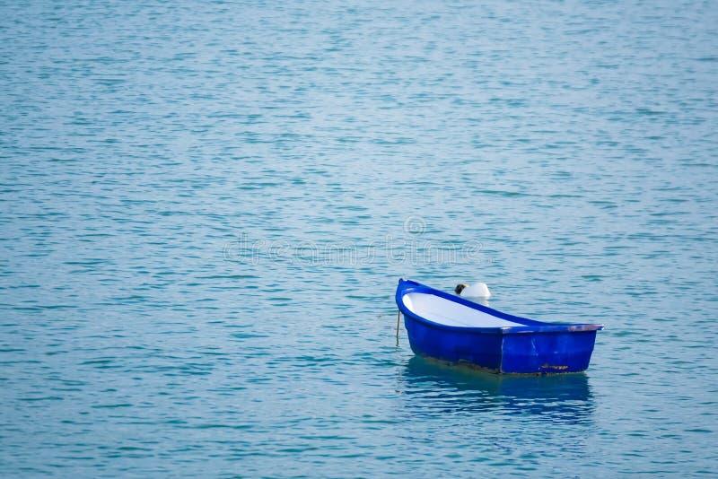 Boot die binnen de haven at low tide rusten stock afbeelding