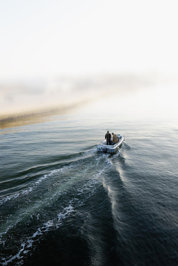 Boot die de haven ingaan royalty-vrije stock afbeelding