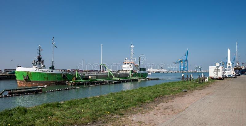 Boot die in de haven van Zeebrugge, in België wordt bijgetankt stock afbeeldingen