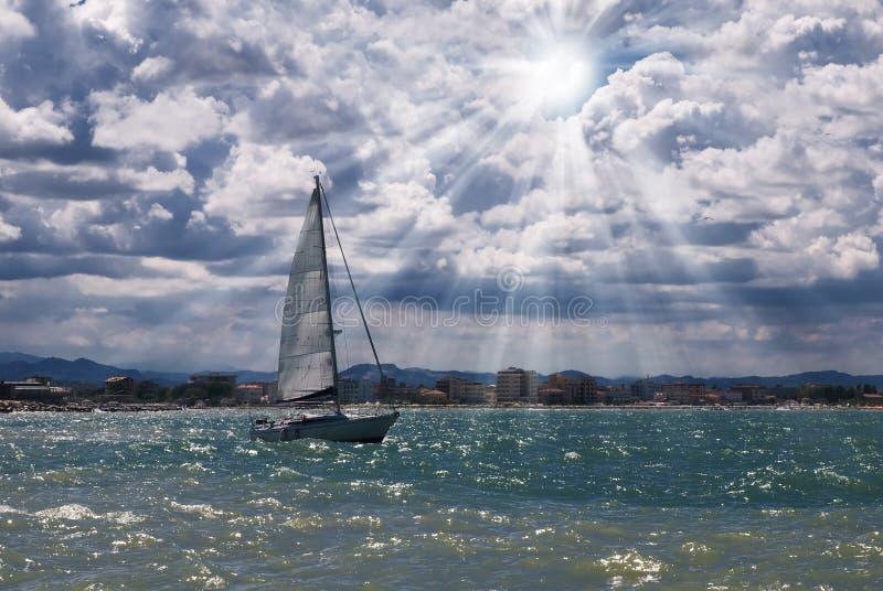 Boot die de haven verlaat royalty-vrije stock foto