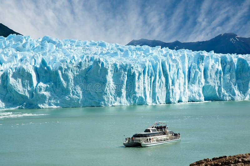 Boot die dichtbij de gletsjer van Perito vaart Moreno. stock foto