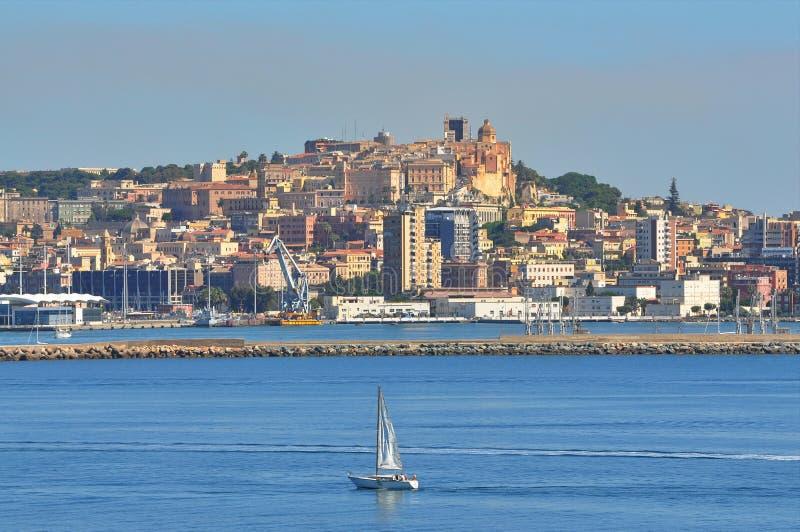 Boot die dichtbij de jachthaven van Cagliari varen royalty-vrije stock afbeelding