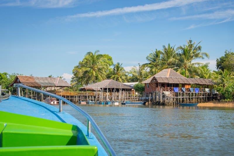 Boot die in een traditioneel Indonesisch dorp aankomen royalty-vrije stock foto's