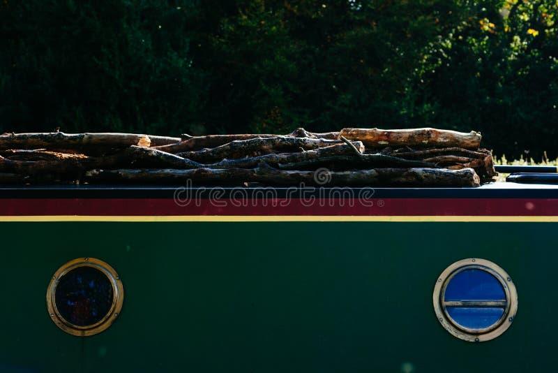 Boot die hout vervoeren