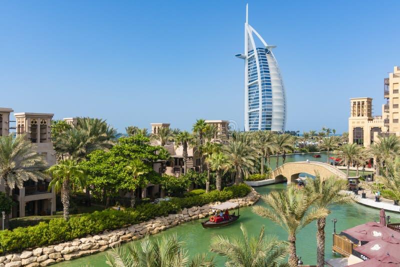 Boot die langs de waterweg dichtbij Burj Al Arab kruisen royalty-vrije stock foto