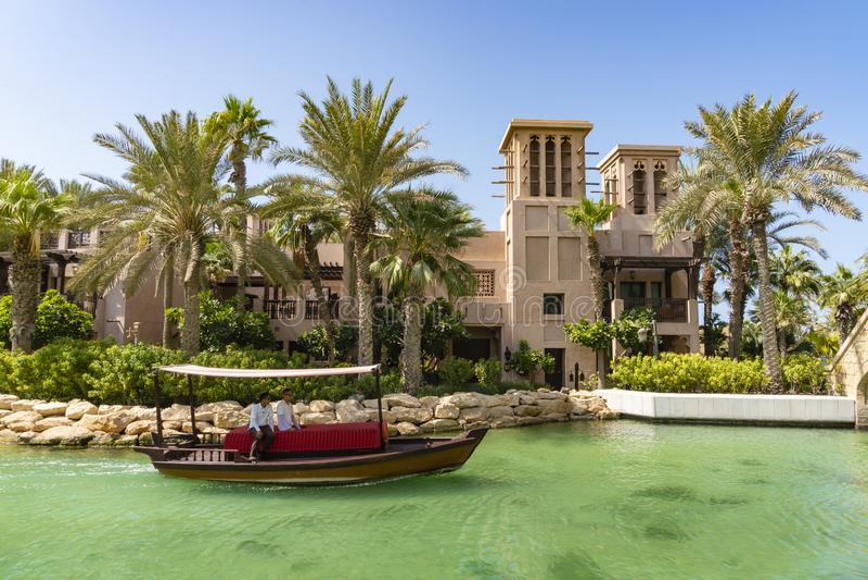 Boot die langs de waterweg dichtbij Burj Al Arab kruisen royalty-vrije stock fotografie