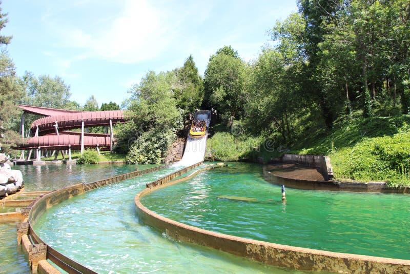 Boot die onderaan de rivier bij de Grand Splatch aantrekkelijkheid van Le in Park Asterix, Ile de France, Frankrijk gaan royalty-vrije stock afbeelding