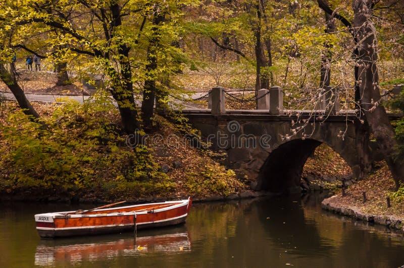 Boot die onderaan een rivier gaat stock afbeeldingen