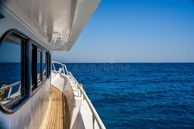 Boot die op de oceaan varen royalty-vrije stock afbeeldingen