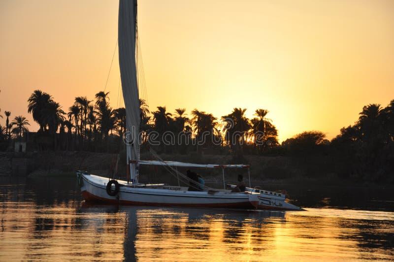 Boot die op de rivier van Nijl bij zonsondergang, Egyptische Luxor varen, royalty-vrije stock foto