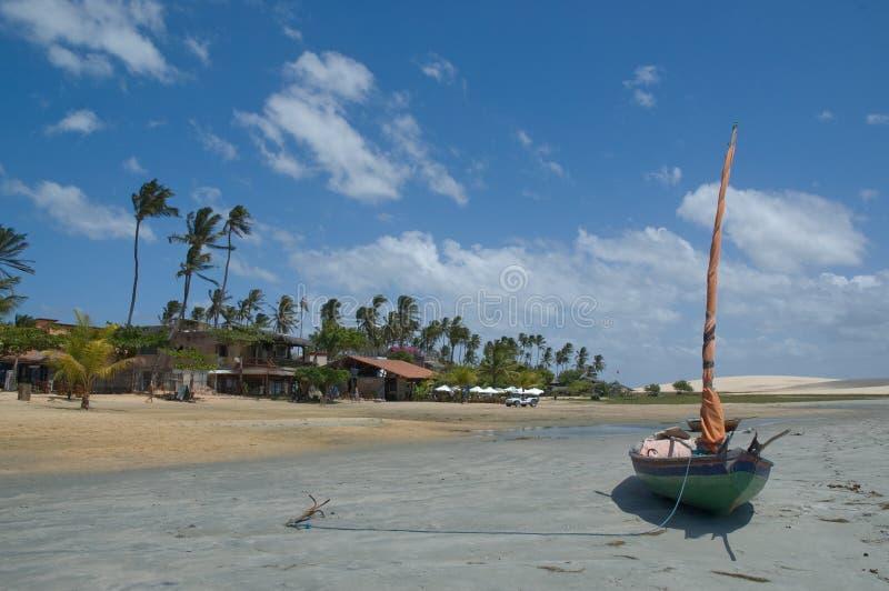 Boot die op idyllisch strand wordt vastgelegd royalty-vrije stock afbeeldingen