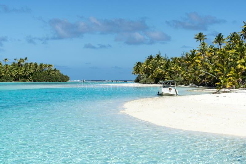 Boot die op klein eiland in turkoois duidelijk water, diepe blauwe hemel, wit zand, Vreedzaam Eiland verankeren royalty-vrije stock foto