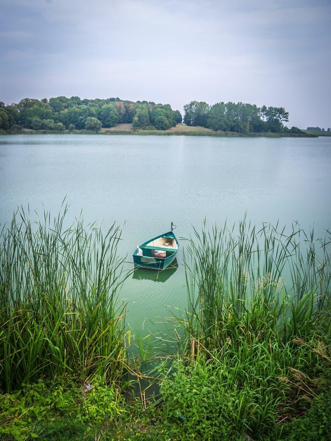 Boot die op Masurian-meer drijven stock foto