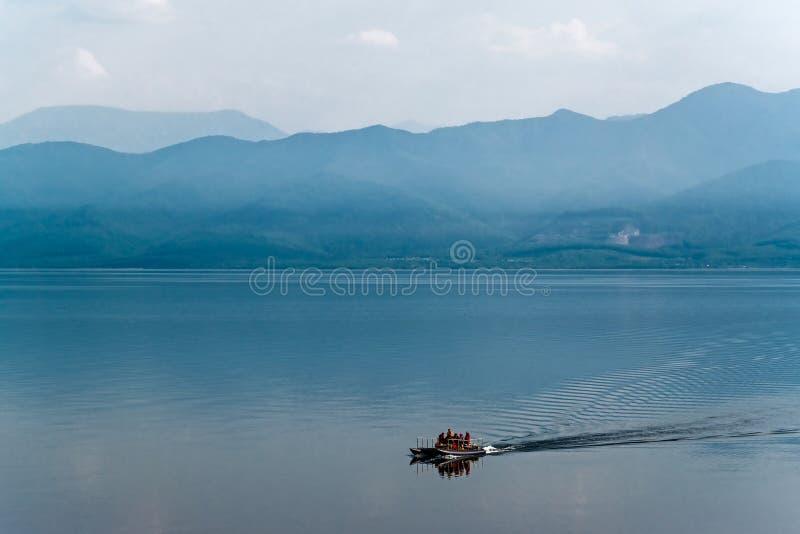 Boot die op Meer Baikal varen stock afbeelding