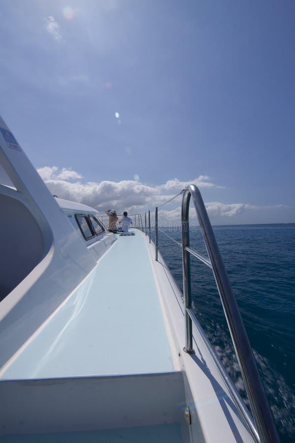 Boot die op overzees vaart stock afbeelding